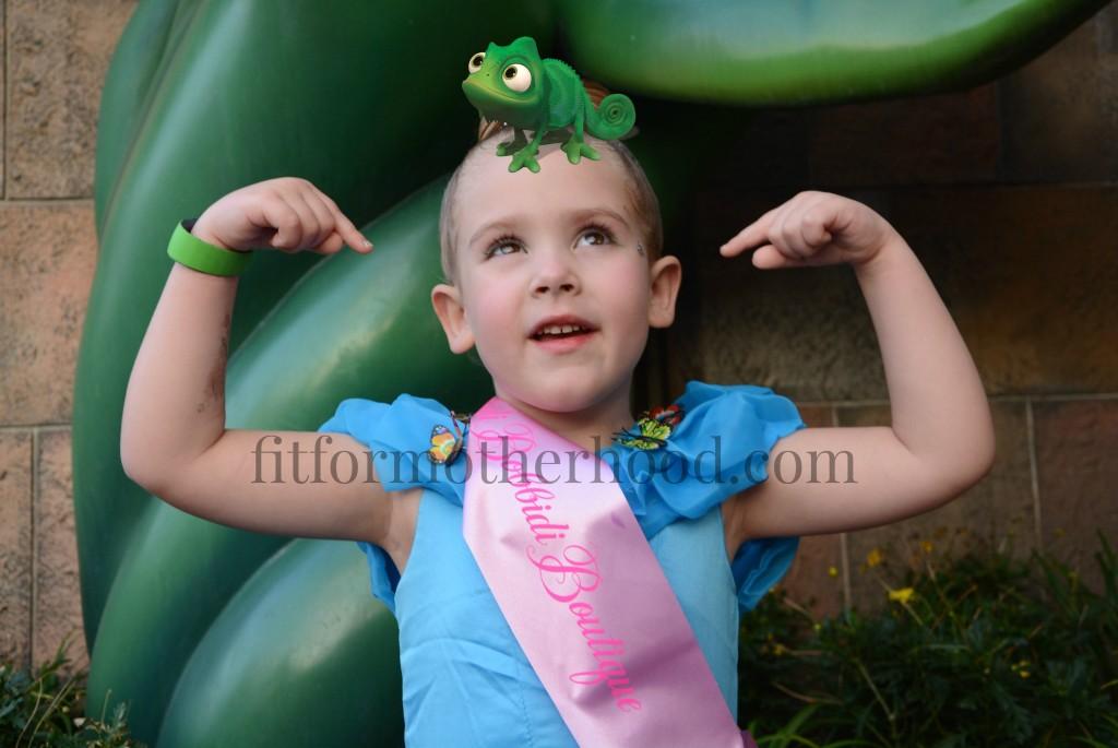 disney 2016 isabella iguana on head